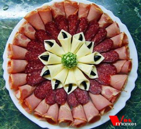 Нарезка из разных видов колбасы с сыром