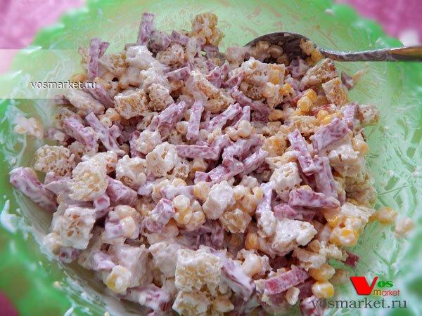 Салат с колбасой и сухариками рецепт пошагово