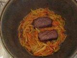 Морковь в казане с луком и мясом