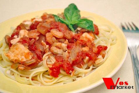 Спагетти с семгой и креветками в томатном соусе