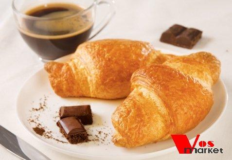 Круассаны с шоколадом с кофе на столе