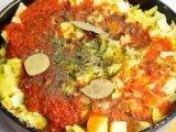 Специи и томат в сковородке с овощами