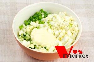 В салатнице перемешивать компоненты салата