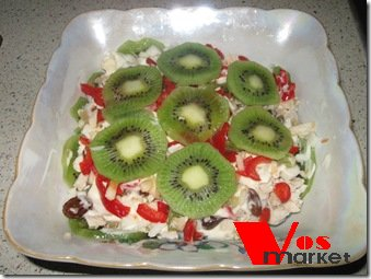 Готовый салат с курицей и киви