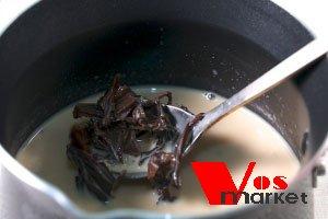 Чай и специи в кастрюли с кипятком