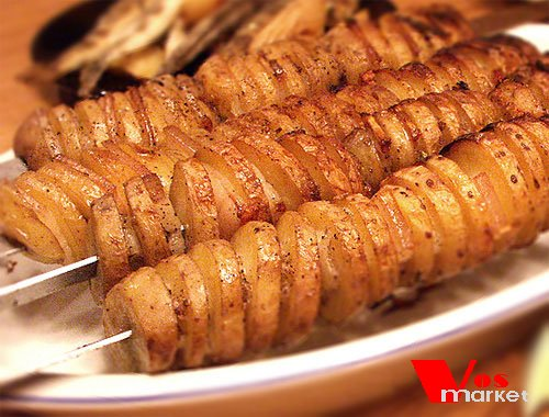 Готовый картофель с салом на шампурах