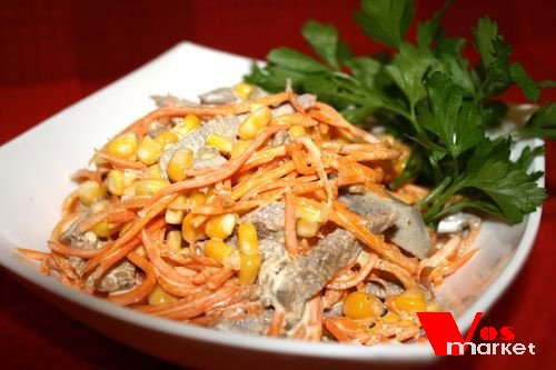 Готовый салат с языком и кукурузой