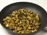 Грибы с луком в сковородке