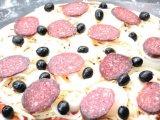 Сформированная пицца с колбасой