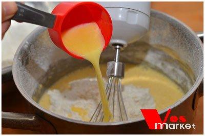 Добавление молочной смеси к взбитым яйцам