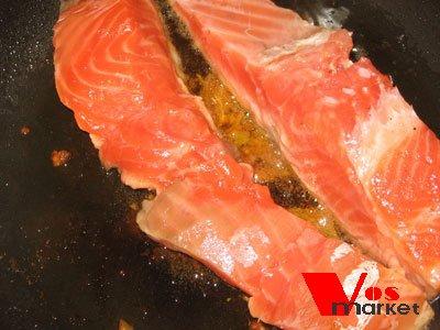 процесс жарки рыбы в сковородке