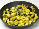 Картофель и баклажаны в сковородке