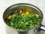 Овощи и зелень в кастрюли