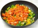 Помидоры в сковородке с перцем и луком