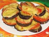 Готовые баклажаны с помидором и сыром