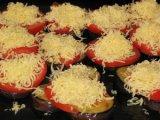 Натертый сыр на помидорах