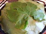 Накрытое листьями блюдо