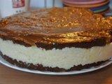 Готовый шоколадный торт с кокосом