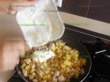 Добавление соуса в сковородку