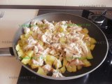 Курятина в сковородке с картошкой
