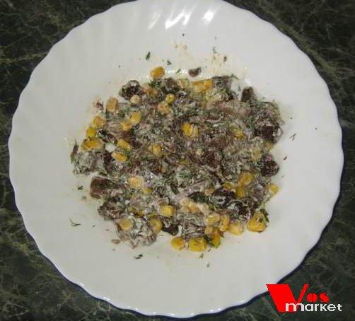 Грибной салат с кукурузой и сухариками