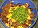 Перемешивать все ингредиенты салата