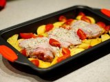 помидоры в форме с картошкой и бедрами
