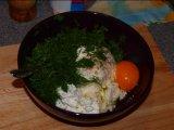 Яйцо и укроп в посуде с творогом