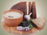 Готовый суп на столе с хлебом
