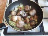 Грибы в сковородке с луком