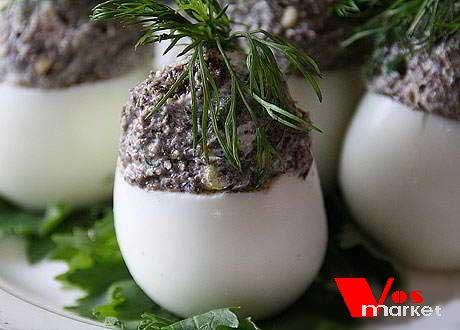 Наполненные грибной начинкой яйца
