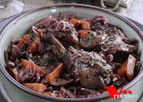 Готовое блюдо петух в вине с грибами