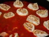 Варка мясных рулетов в томатном соусе