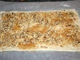 Коричневый сахар и грецкие орехи на тесте