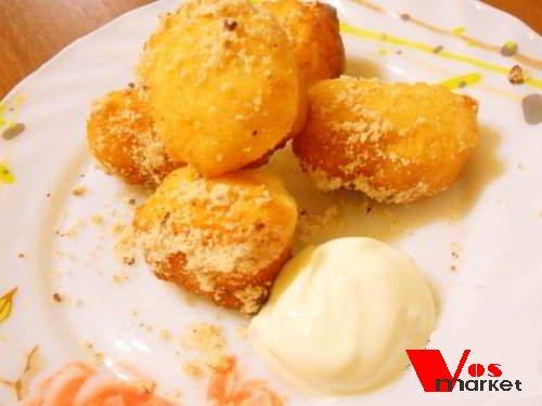 Готовые лимонные пончики в тарелке