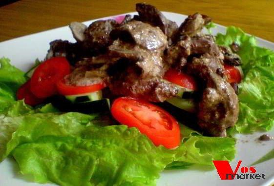 Готовый салат с куриной печенью и шампиньонами