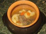 Готовый суп гуляш в горшочке на столе