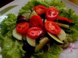Листья салат в тарелках