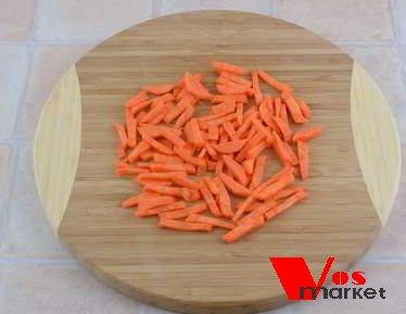 Нарезанный брусочками морковь