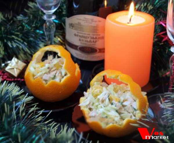 Готовый куриный салат в апельсиновых корзинках