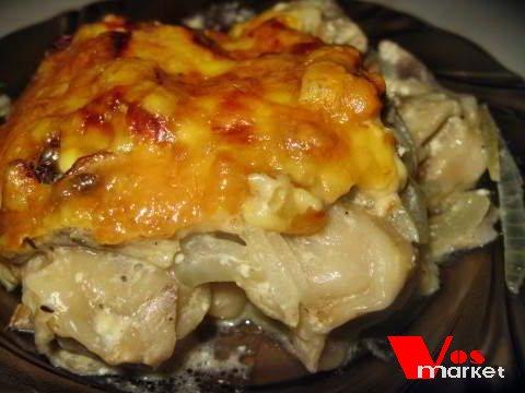 Порция запеканки из пельмений с грибами и сыром