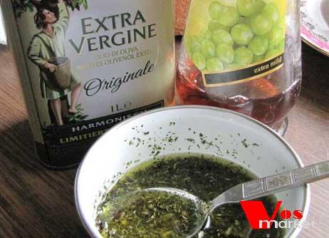 Перемешивать травы, специи и оливковое масло