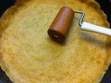 Раскатанное тесто в форме для выпечки