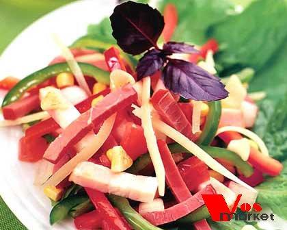 Готовый салат с мясом и овощами