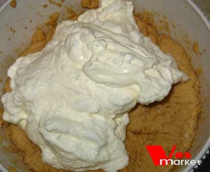 К тесту добавить взбитые со сливками белки