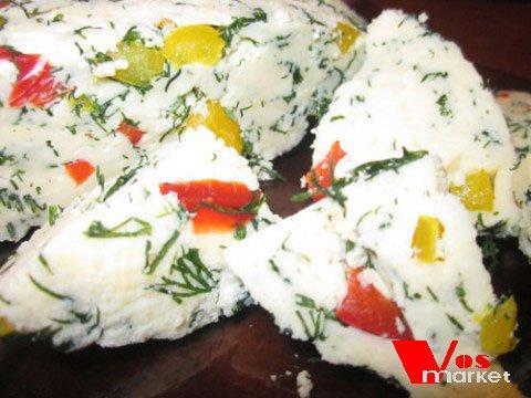 Готовый домашний сыр с овощами