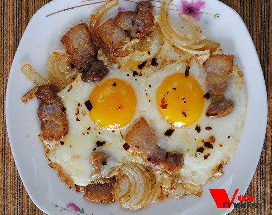 Готовая яичница с салом и луком