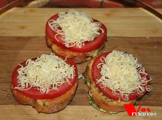 Помидоры и сыр на гренках