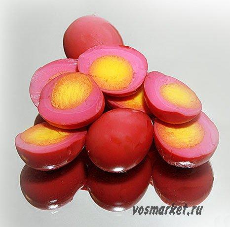 Маринованные в свекольным маринаде перепелиные яйца