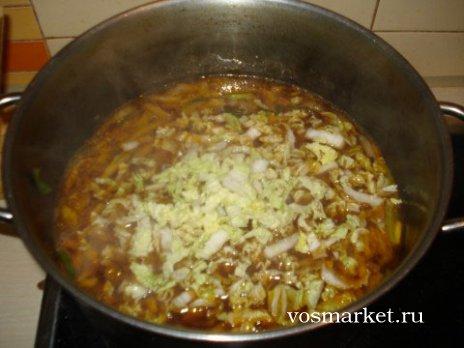 Добавьте в кастрюлю с супом китайскую капусту